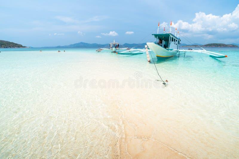 Tropikalna piasek plaża z turystami i łodziami na Bulog Dos obraz royalty free