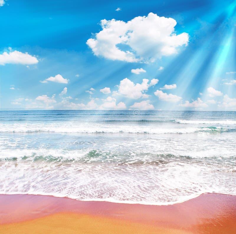 Tropikalna plaża i niebieskie niebo z sunrays zdjęcie royalty free