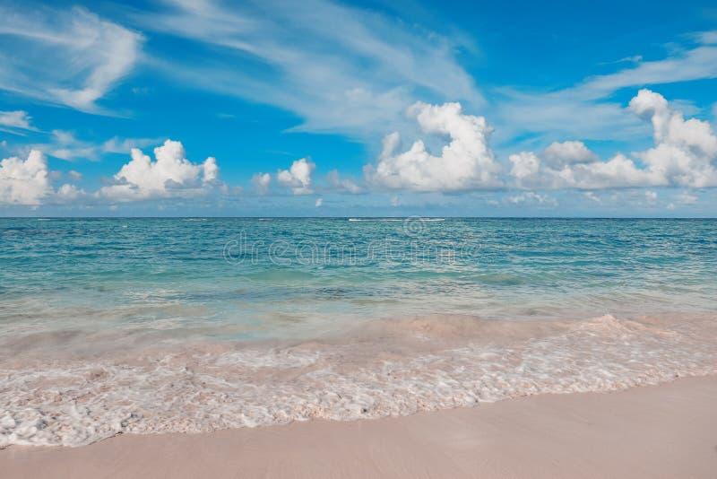 Tropikalna plaża oceaniczna i niebieskie niebo obraz royalty free