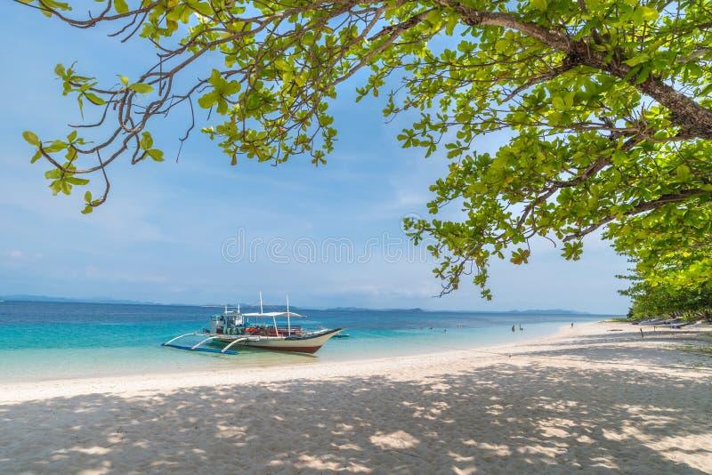 Tropikalna plaża z łodziami na Dibutonay wyspie, Busuanga zdjęcia royalty free