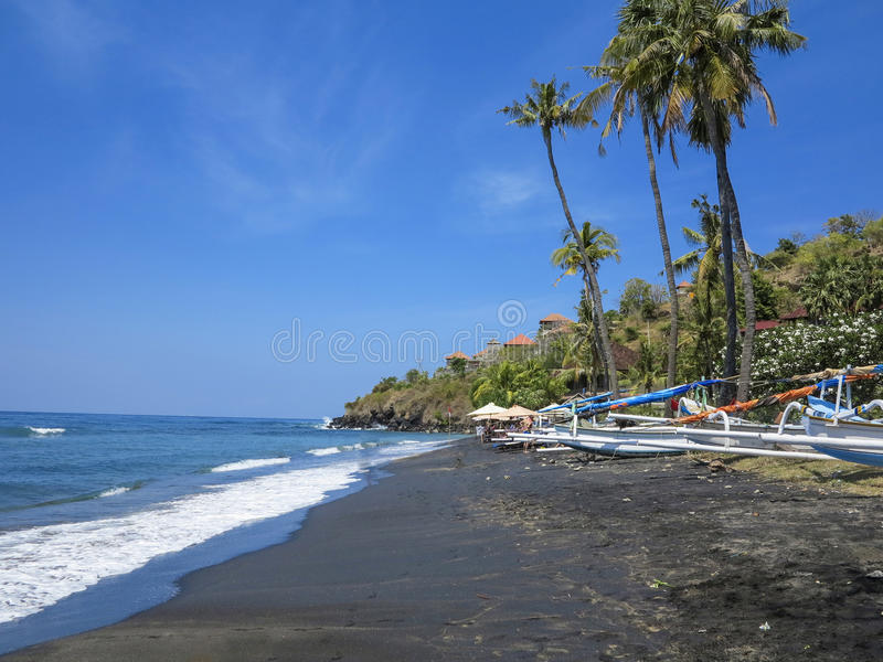 Tropikalna plaża z łodziami rybackimi i drzewkami palmowymi w Bak obrazy royalty free