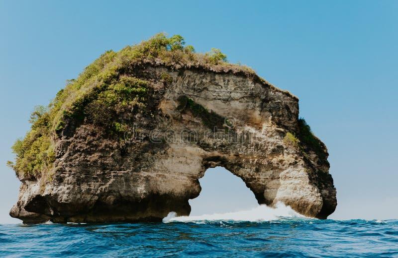 Tropikalna plaża z dziurkowatymi falezami zdjęcia royalty free