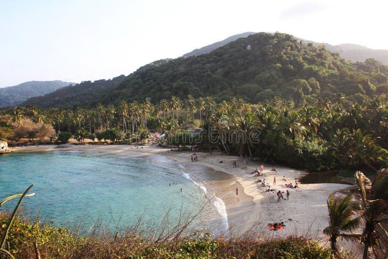 Tropikalna plaża z góra bielu piaskiem obraz stock