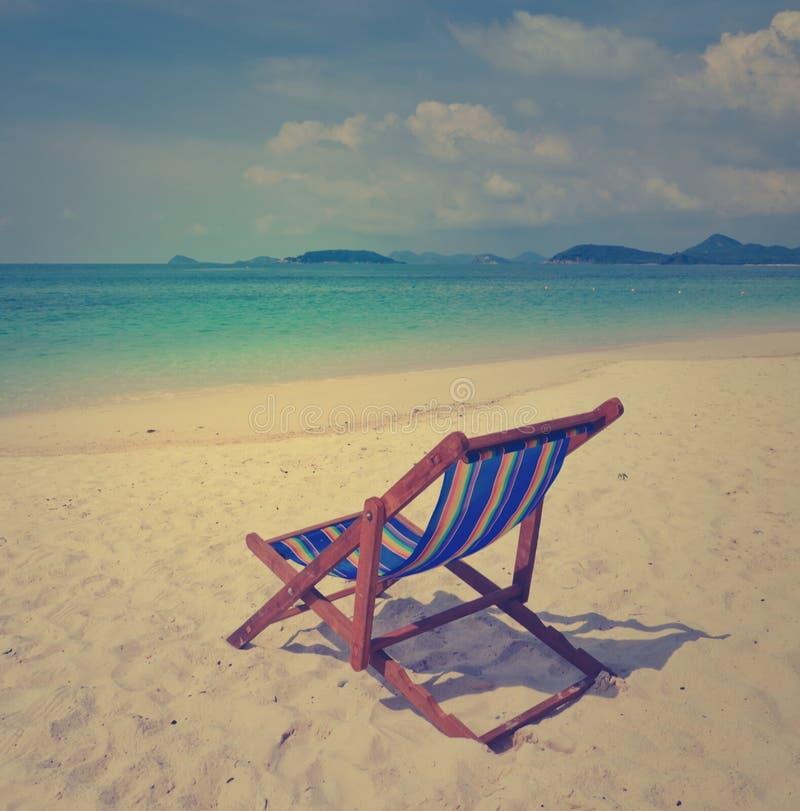 Tropikalna plaża z kolorowym plażowym krzesłem zdjęcie royalty free