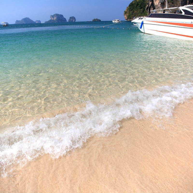 Download Tropikalna plaża zdjęcie stock. Obraz złożonej z gorący - 28953316