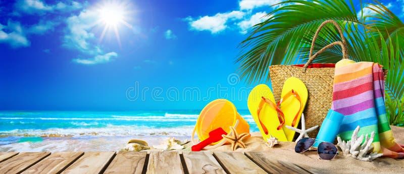 Tropikalna pla?a z sunbathing akcesoriami, wakacje letni t?o zdjęcie stock