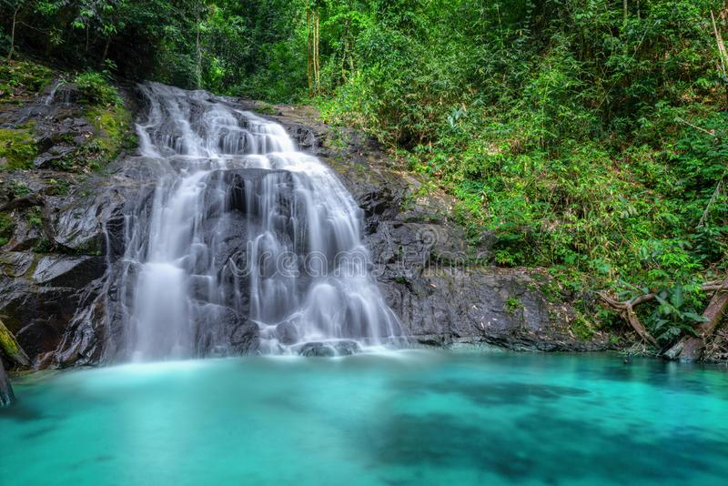 Tropikalna siklawa w lesie górze i, tona Chong Fa w khao lak Phangnga południe Tajlandia krzak mg?y zieleni ranku sylwetek lata h fotografia royalty free