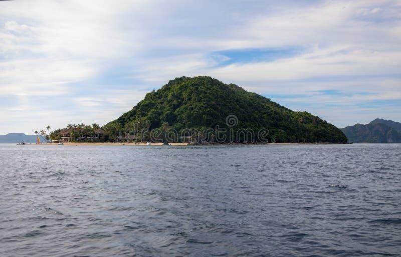 Tropikalna wyspa w spokojnym morzu Palawan wyspy seascape Filipińska podróży fotografia Piękna zielona wyspa z piaskowatą plażą fotografia stock