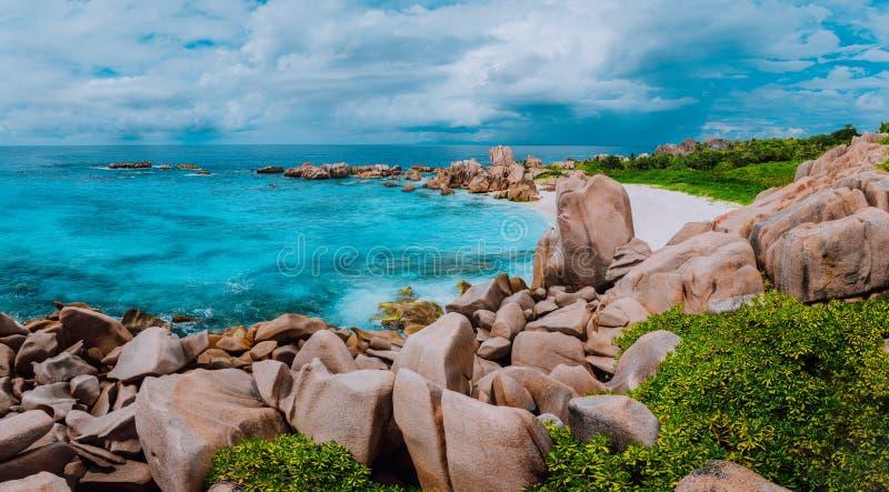 Tropikalna wyspy panorama, ślad chowana tajna piękna plaża, Anse Marron, los angeles Digue, Seychelles zdjęcia royalty free
