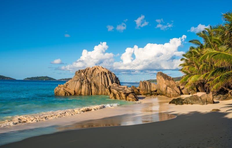 Tropikalna wyspy plaża, źródło d ` Argent, los angeles Digue, Seychelles fotografia royalty free