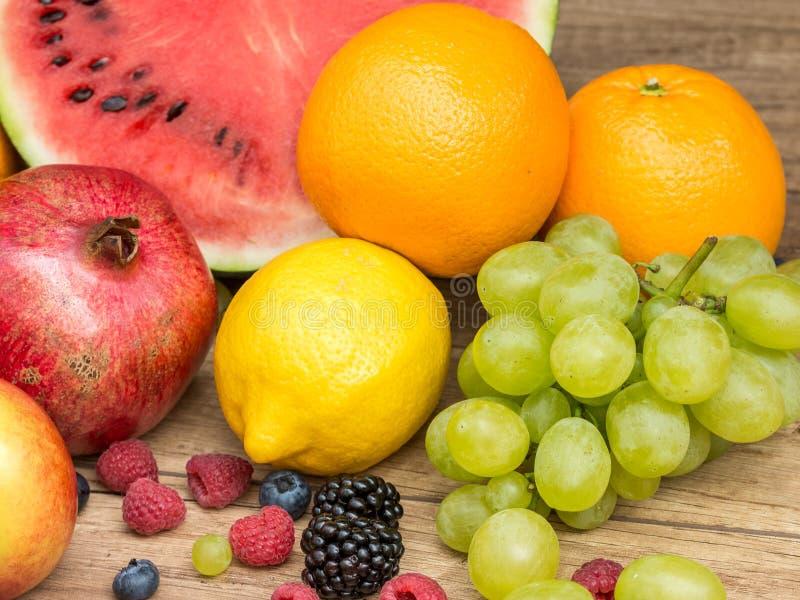 Tropikalne lato owoc Na Drewnianym stole obrazy royalty free