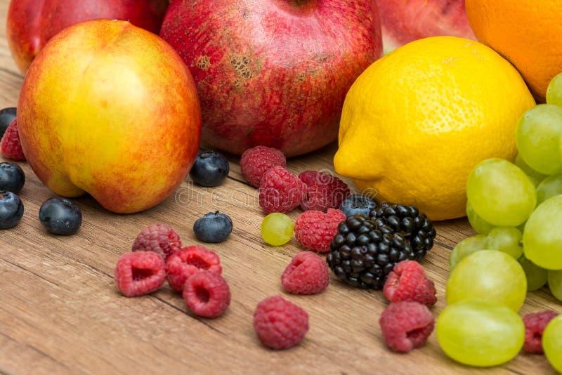 Tropikalne lato owoc Na Drewnianym stole obraz stock