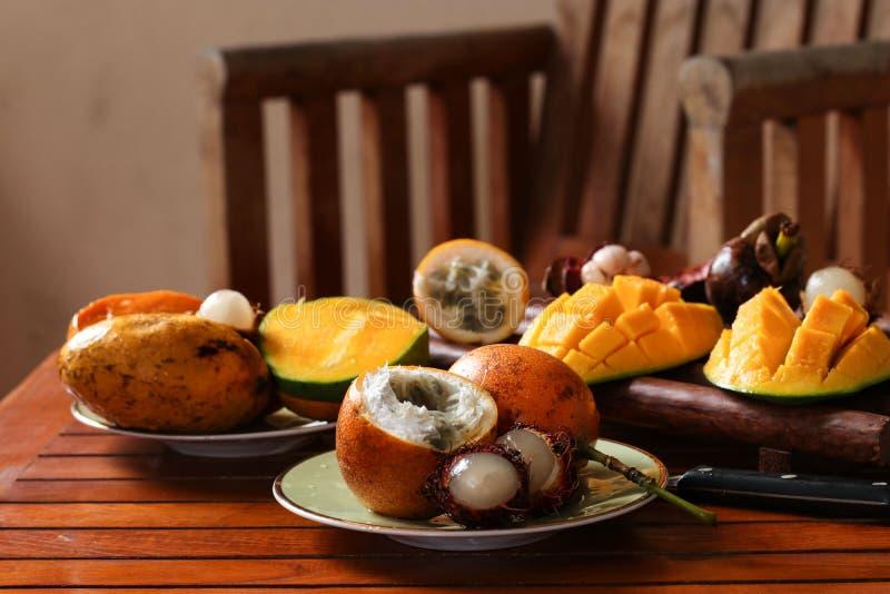 Tropikalne owoc: pasyjna owoc, bliźniarka i mango, obraz royalty free