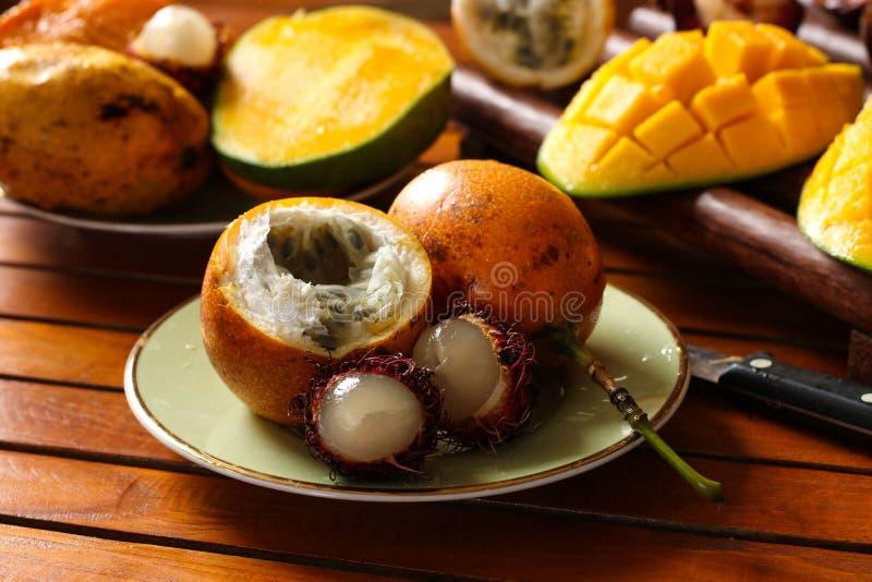 Tropikalne owoc: pasyjna owoc, bliźniarka i mango, fotografia stock
