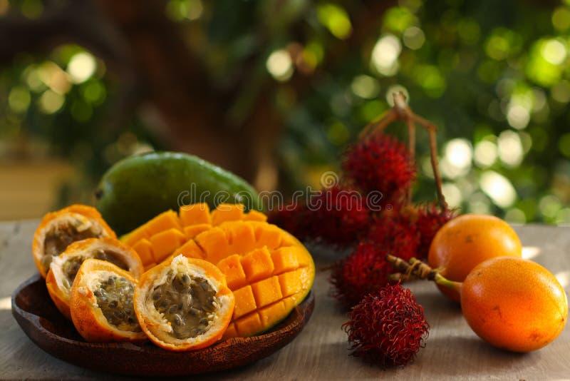 Tropikalne owoc: pasyjna owoc, bliźniarka i mango, zdjęcie stock