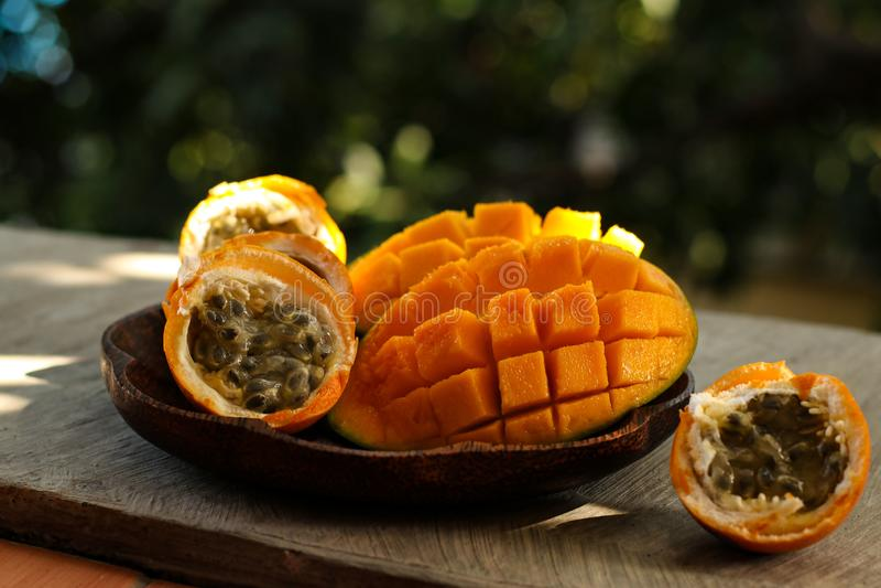 Tropikalne owoc: pasyjna owoc i mango fotografia royalty free