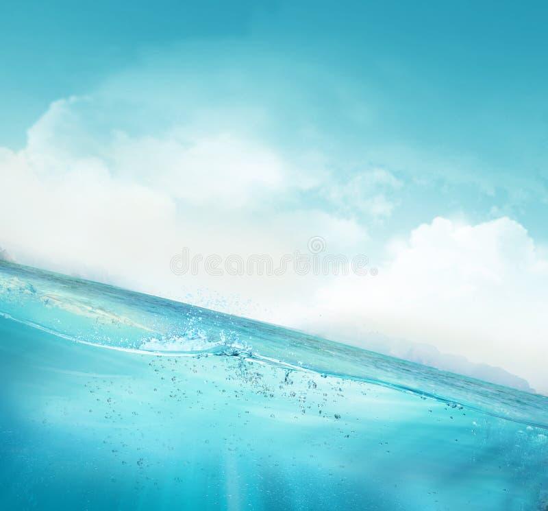 Tropikalnego głębokiej wody niebieskiego nieba sceny naturalny tło fotografia stock