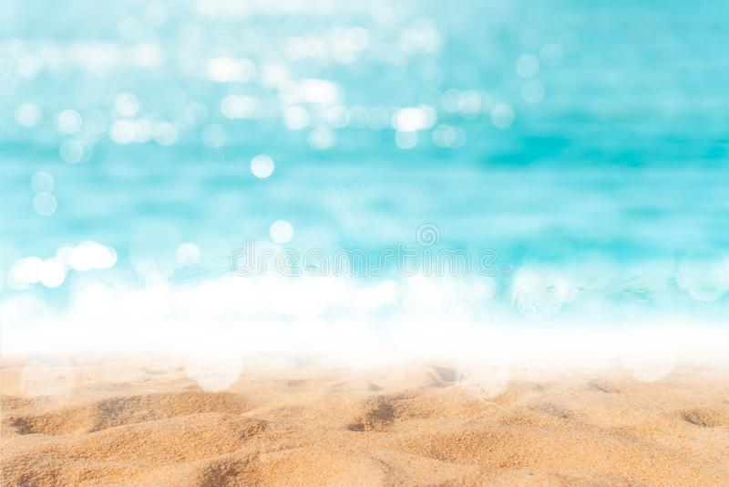 Tropikalnej natury czysta pla?a i bia?y piasek w lecie z s?o?ca b?awym niebem i bokeh t?em obraz royalty free