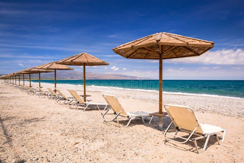 Tropikalni parasols przy Maleme wyrzuca? na brzeg na Crete, Grecja fotografia royalty free