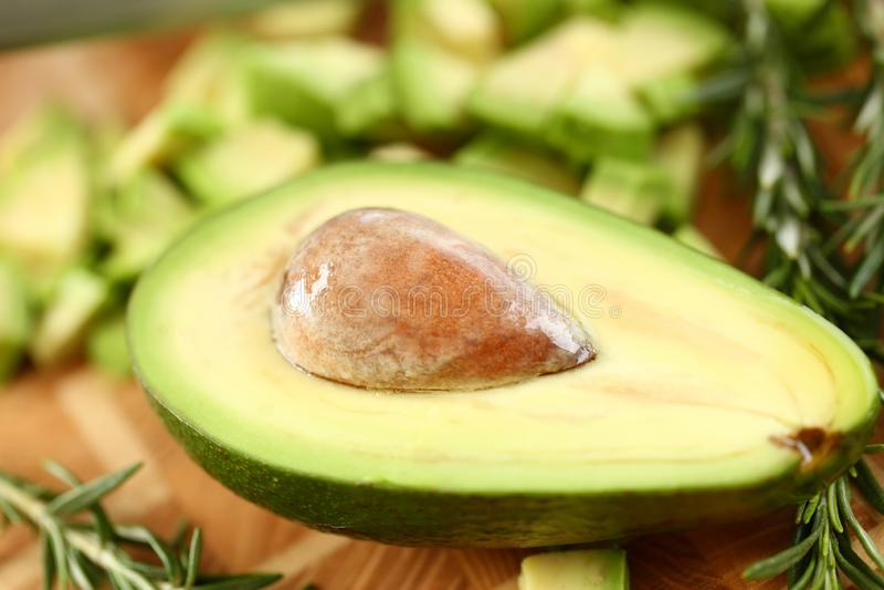 Tropikalny Avocado owoc Brown Przyrodni Trzyma ziarno zdjęcia royalty free
