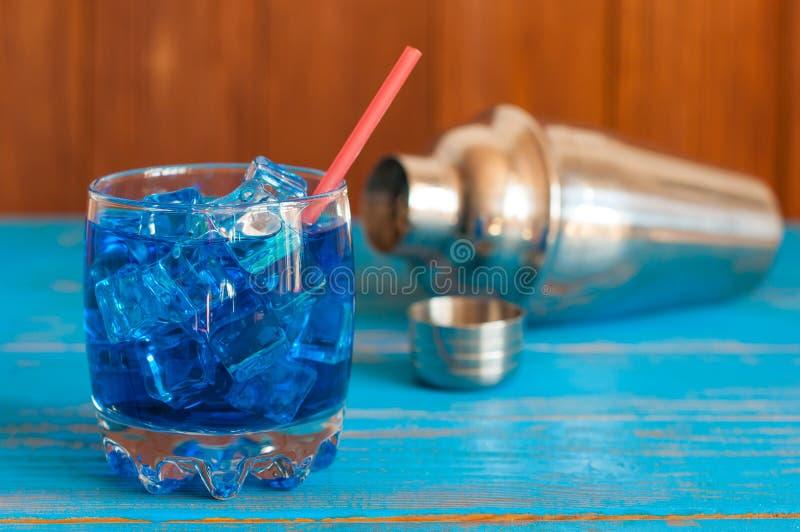 Tropikalny błękitny koktajl słuzyć na a z ostrości obrazy royalty free