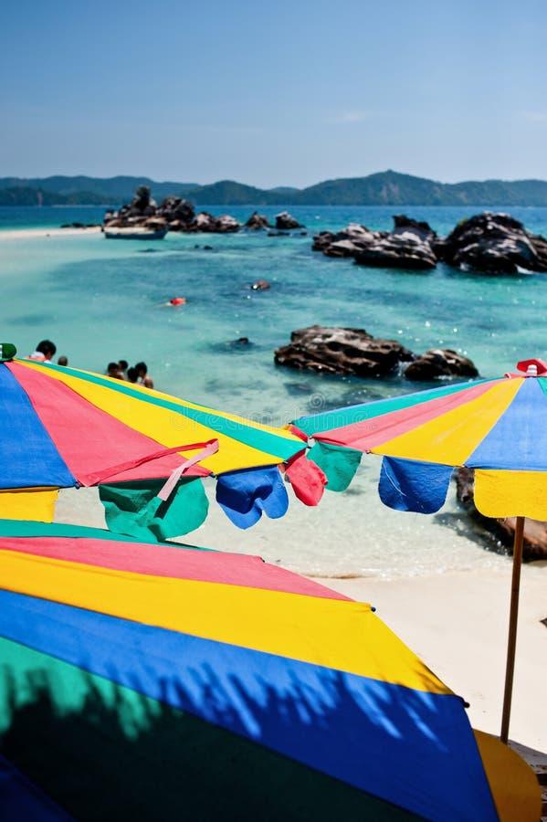Tropikalny biały piasek plaży arainst niebieskie niebo wyspy similan obraz stock