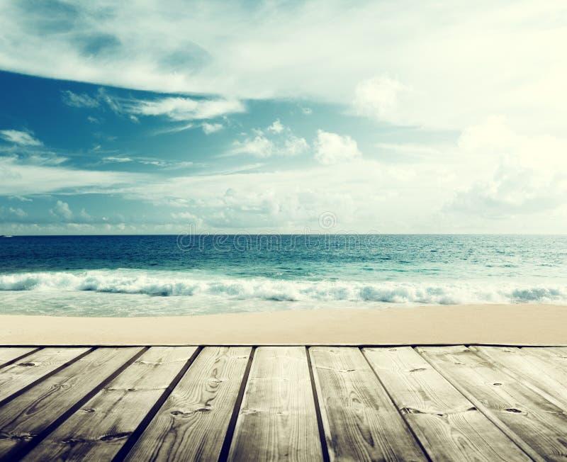 Tropikalny drewniany i plaża zdjęcie royalty free