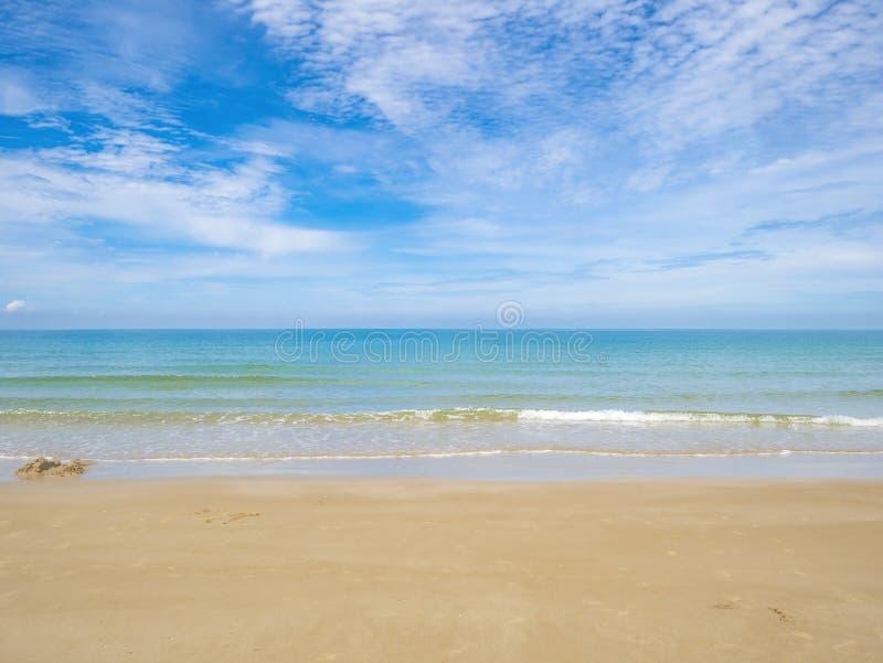 Tropikalny Idylliczny oceanu niebieskie niebo i piękna plaża w wakacje obrazy royalty free