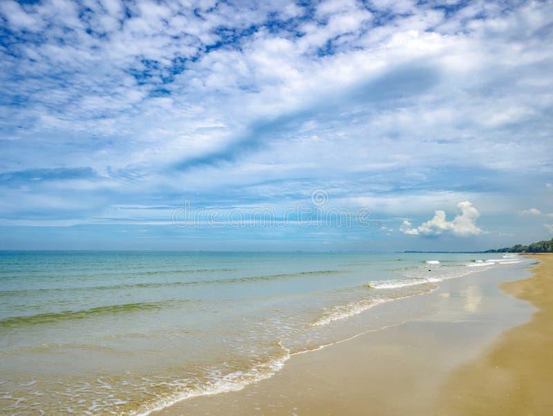 Tropikalny Idylliczny oceanu niebieskie niebo i piękna plaża w wakacje obrazy stock