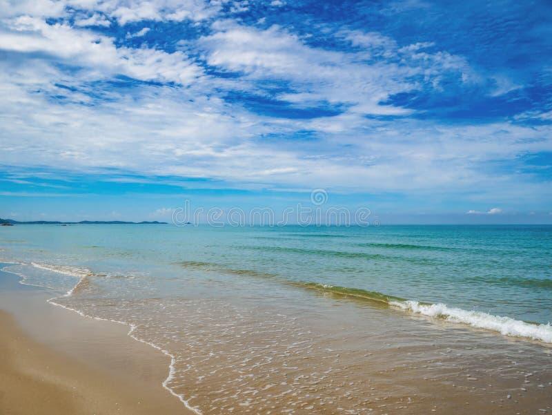 Tropikalny Idylliczny oceanu niebieskie niebo i piękna plaża w wakacje zdjęcia stock