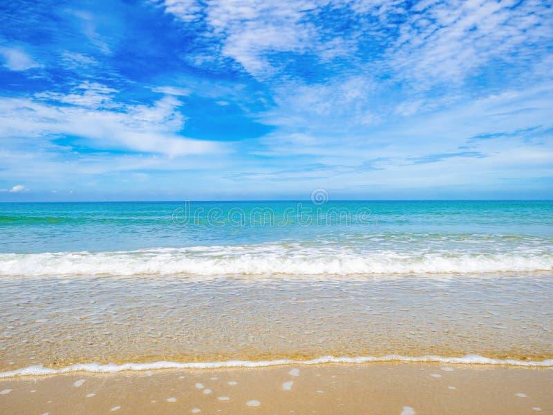 Tropikalny Idylliczny oceanu niebieskie niebo i piękna plaża w wakacje obraz royalty free