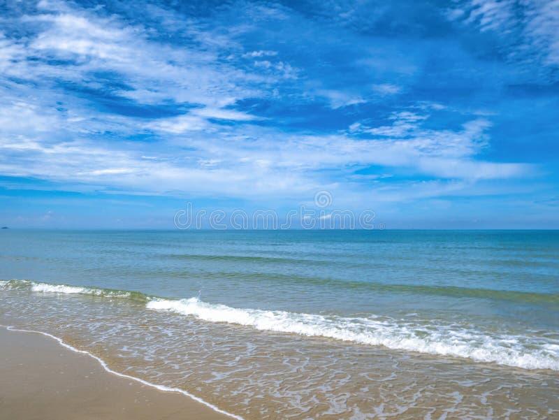 Tropikalny Idylliczny oceanu niebieskie niebo i piękna plaża w wakacje fotografia stock