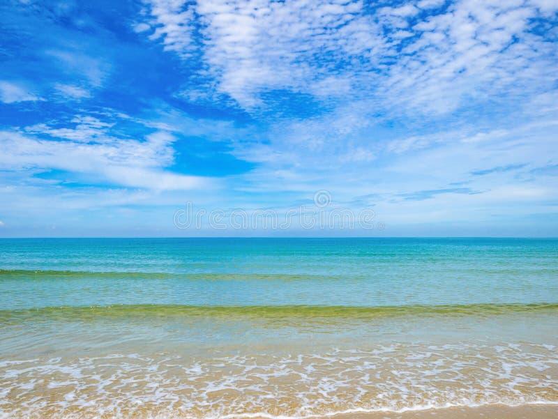 Tropikalny Idylliczny oceanu niebieskie niebo i piękna plaża w wakacje fotografia royalty free