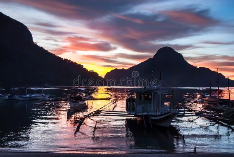 Tropikalny kolorowy zmierzch z banca łodziami w El Nido, Palawan obrazy royalty free