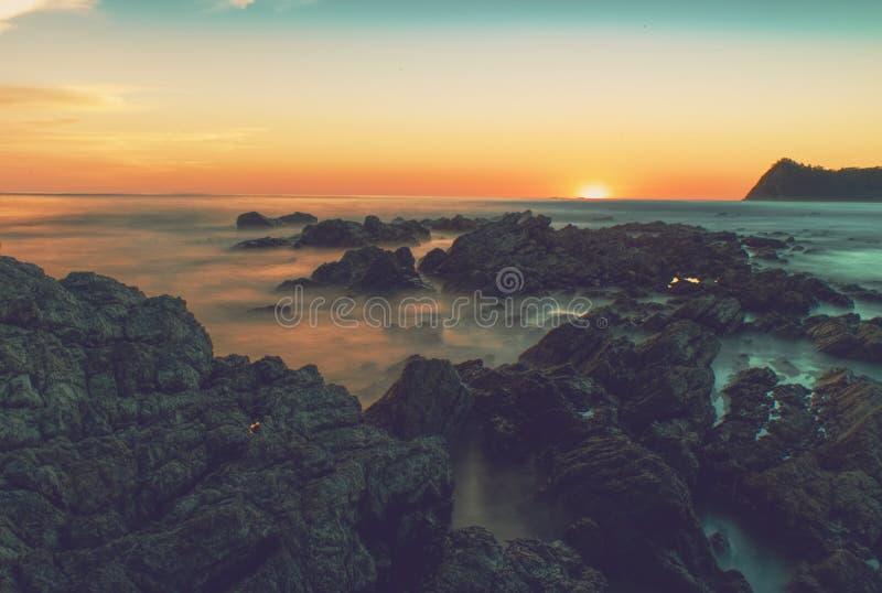 Tropikalny linia brzegowa zmierzch w Costa Rica zdjęcie royalty free