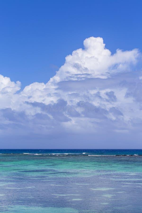 Tropikalny morze pod niebieskim niebem w Mauritius Mauritius, naród ocean indyjski wyspa, zna dla plaż, lagun i raf swój, zdjęcia stock