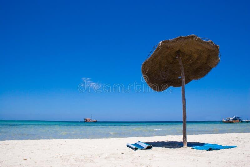 Download Tropikalny na plaży obraz stock. Obraz złożonej z biały - 2934601
