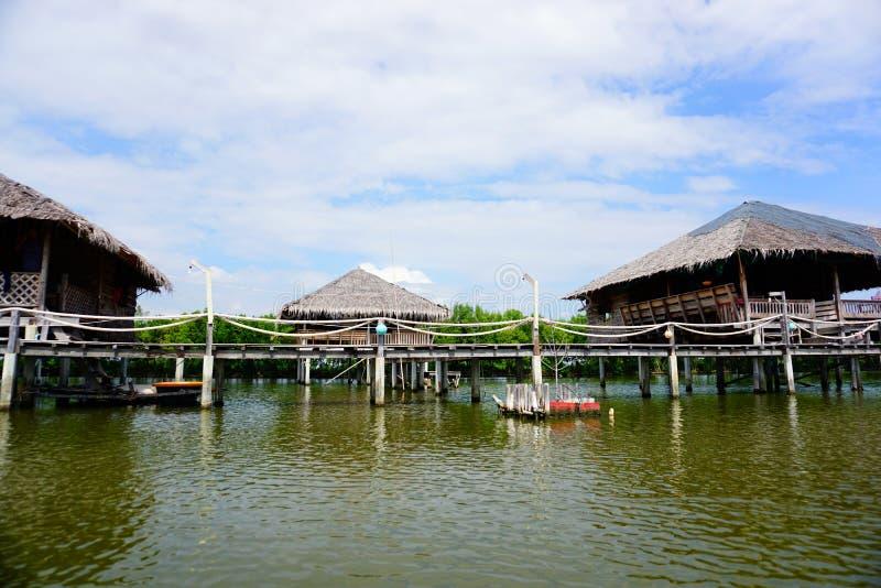 Tropikalny nadrzeczny lokalny chałupy lub słomy dom obrazy royalty free