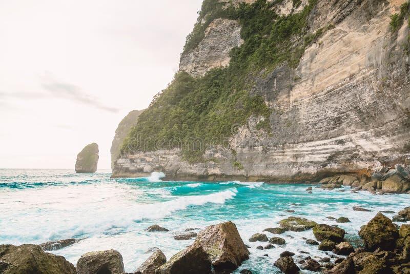 Tropikalny ocean z fala i skalista faleza w Bali zdjęcia royalty free
