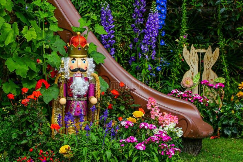 Tropikalny ogród z Easter dekoracjami zdjęcia royalty free