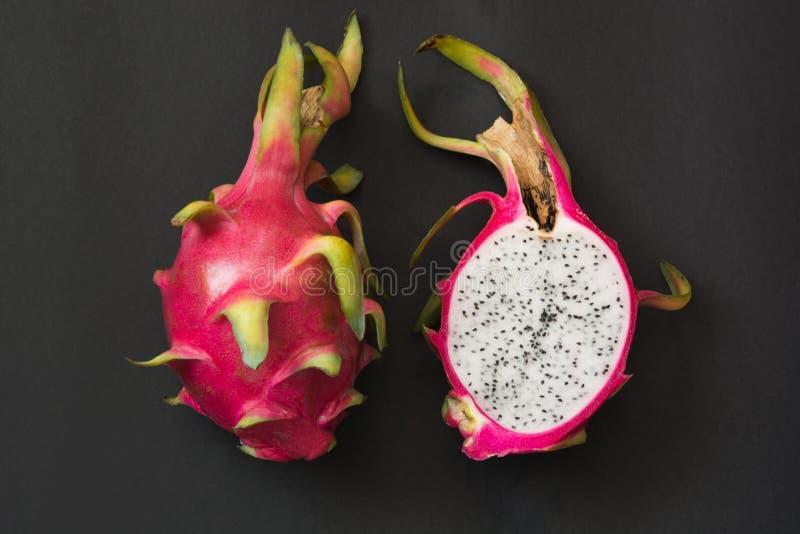 tropikalny pitaya, smok owoc na czerni z bliska Odgórny widok zdjęcie stock