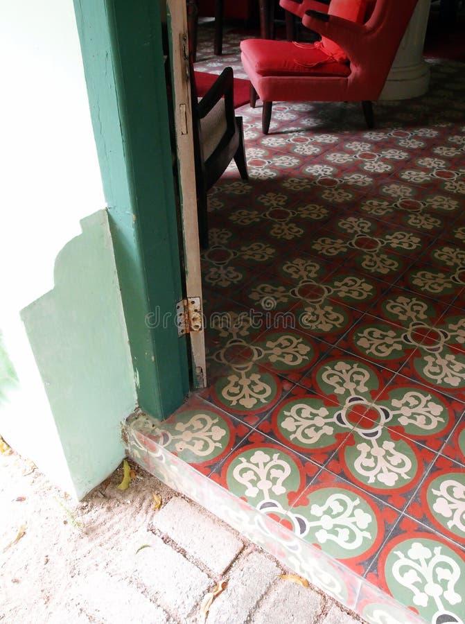 Tropikalny podławy szyka domu widok fotografia stock