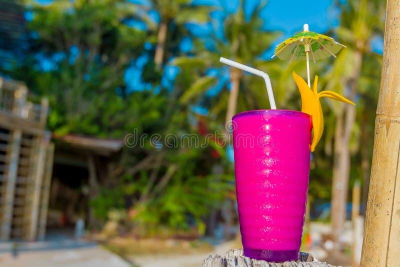 Tropikalny potrząśnięcie, orzeźwienie napój w szkle na tropikalnym fotografia royalty free