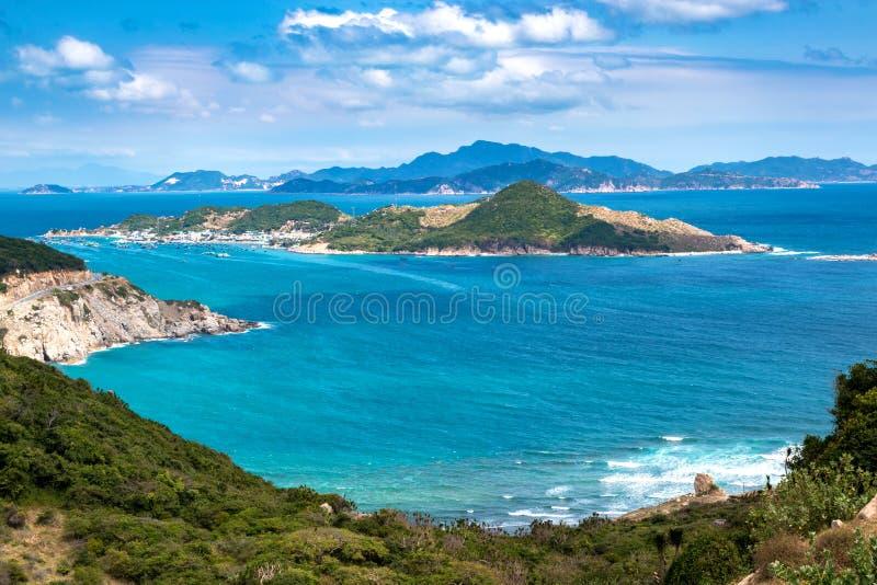 Tropikalny Seascape z widokiem z lotu ptaka zatoka, wyspy, góry i chmury w niebieskim niebie krzywka Ranh, obraz royalty free