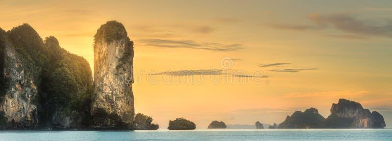 Tropikalny wybrzeże, dżungla i faleza Tajlandia, wyrzucać na brzeg obrazy royalty free
