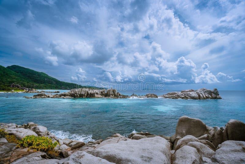 Tropikalny wyspa krajobraz piękna plaża z imponująco chmurami, Anse Marron, los angeles Digue, Seychelles zdjęcie stock