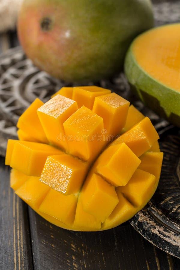 Tropikalny zdrowy owocowy dojrzały organicznie mango zdjęcia stock