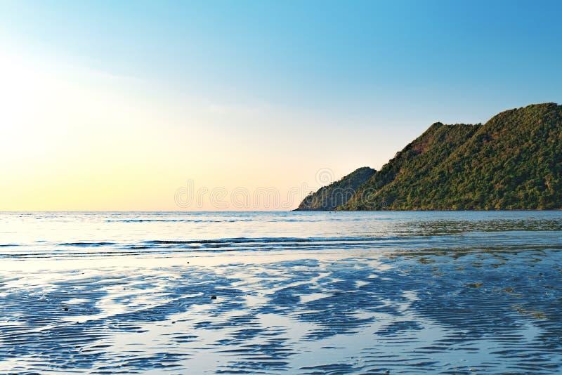 Tropikalny zmierzch na Tajlandzkiej plaży, prosty seascape zdjęcie stock