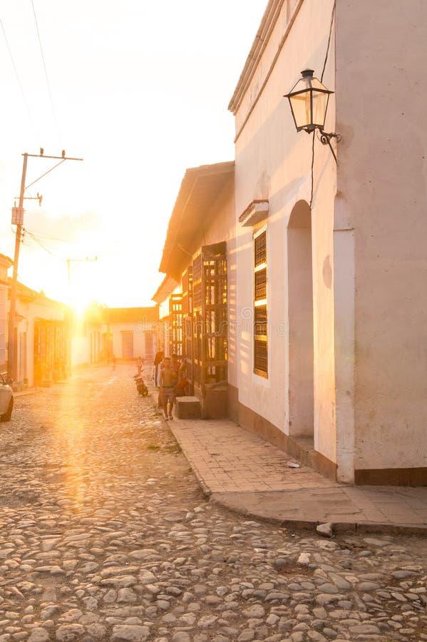 Tropikalny zmierzch w kolonialnej ulicie zdjęcie stock