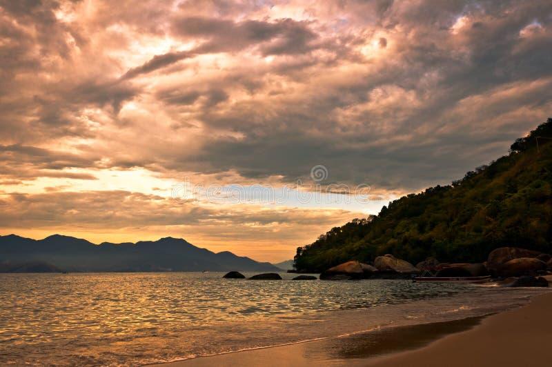 Tropikalny zmierzch w wyspie obraz stock